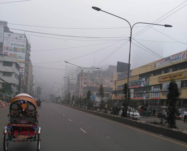 ঘন কুয়াশায় জানান দিচ্ছে শীতের আগমনী বার্তা। ছবিটি রাজধানী ঢাকা থেকে তোলা। ছবি: কেসি দাস