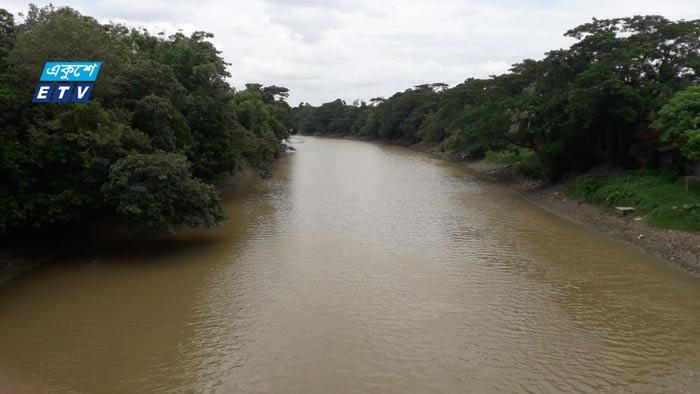 মুহুরী নদীতে বিষাক্ত ওষুধ দিয়ে মাছ শিকার