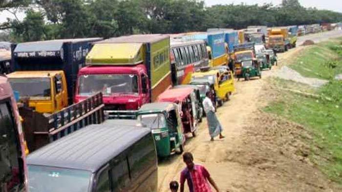 ঢাকা-চট্টগ্রাম মহাসড়কে ১৩ কিলোমিটার যানজট