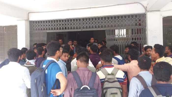 কবি নজরুলে পরিবহন সংকটের কারণে শিক্ষার্থীদের বিক্ষোভ