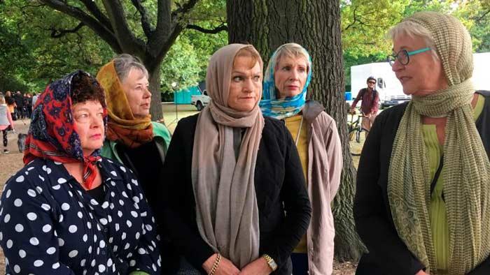হিজাব পরে মুসলিমদের পাশে নিউজিল্যান্ডের নারীরা