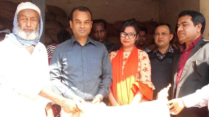 নবাবগঞ্জে ১০ টাকা কেজি দরে চাউল বিক্রির উদ্বোধন